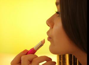 glossybox erfahrungen mädchen mit lippenstift